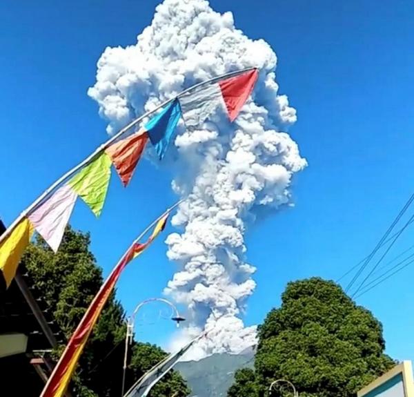 Volcan Merapi arroja enorme columna de ceniza en Indonesia hinh anh 1