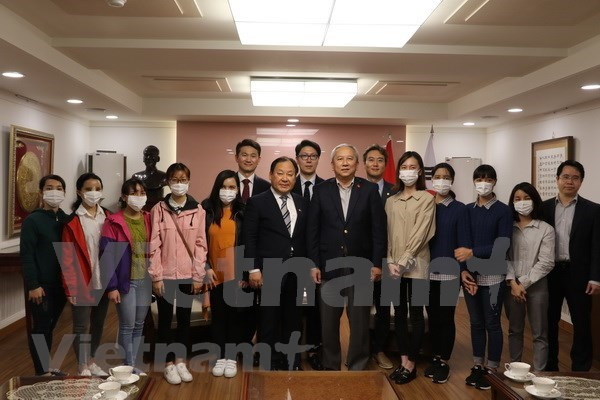 Sudcorea continuara programa de cirugia plastica gratuita para jovenes vietnamitas hinh anh 1