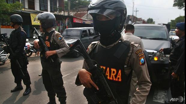 Policia de Indonesia mata a tres atacantes durante asalto a una comisaria hinh anh 1