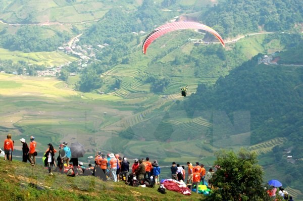 Parachutes revolotearan sobre arrozales dorados en provincia noroccidental de Vietnam hinh anh 1