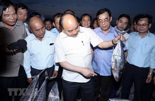 Premier vietnamita visita a pescadores en provincias afectadas por incidente ambiental hinh anh 1