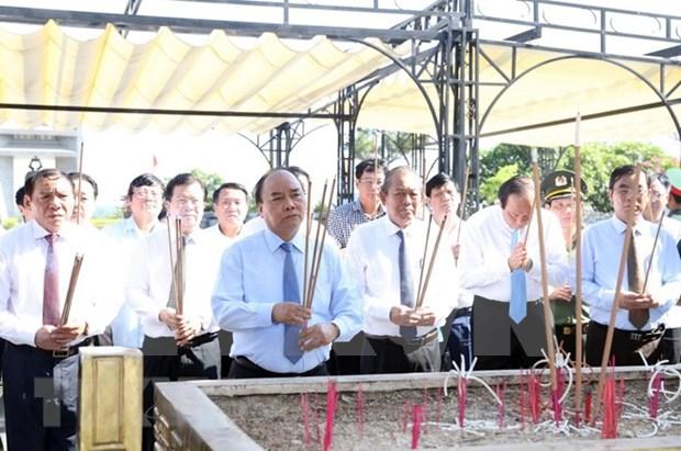 Premier de Vietnam rinde tributo a martires en el mayor cementerio nacional hinh anh 1