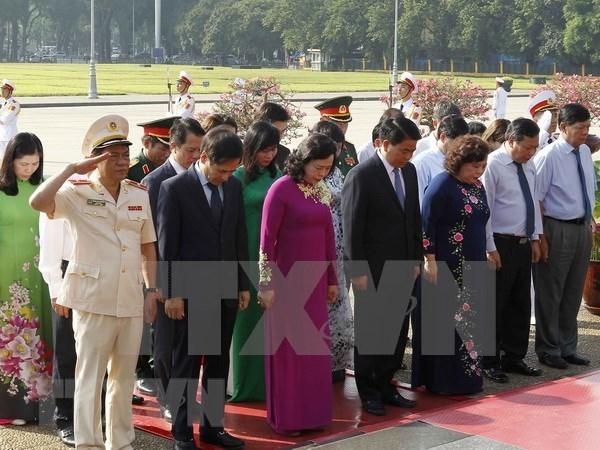 Dirigentes de Hanoi rinden tributo al presidente Ho Chi Minh por 128 aniversario de su natalicio hinh anh 1