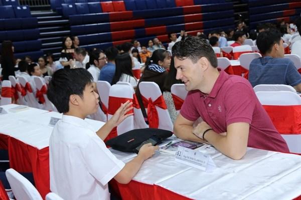 Empresarios y estudiantes vietnamitas intercambian sobre los libros favoritos hinh anh 1