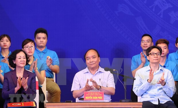 Primer ministro de Vietnam dialoga con trabajadores en parques industriales hinh anh 1
