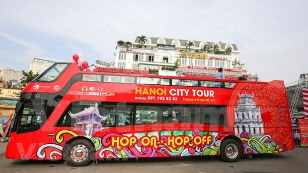 Vietnamitas y turistas descubriran Hanoi en autobuses de dos pisos hinh anh 1
