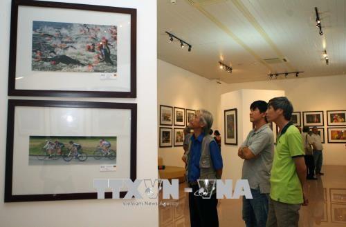Exponen en Vietnam obras de mas de 140 fotografos internacional hinh anh 1