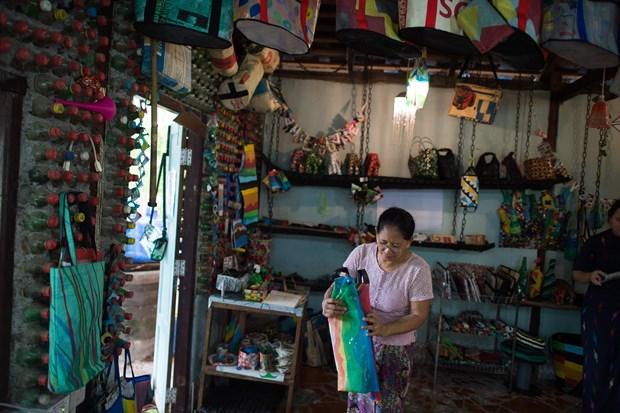 Turistas en Myanmar atraidos con productos reciclados convertidos en utiles accesorios hinh anh 1
