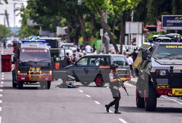 Indonesia arresta a dos sospechosos de los atentados que asesinaron a 30 personas hinh anh 1