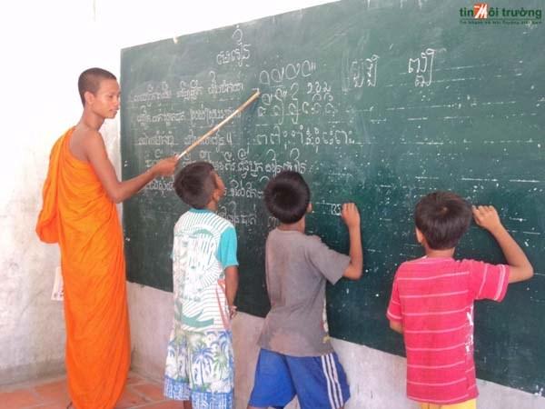 Provincia survietnamita impulsa ensenanza del idioma Khmer hinh anh 1