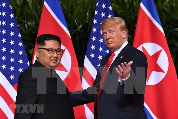 Trump y Kim inician historica cumbre con un apreton de manos hinh anh 1
