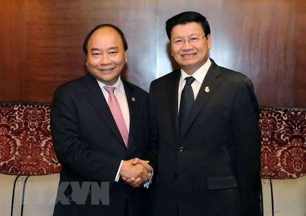 Premier Xuan Phuc: Vietnam prioriza el fortalecimiento de los lazos con Laos hinh anh 1