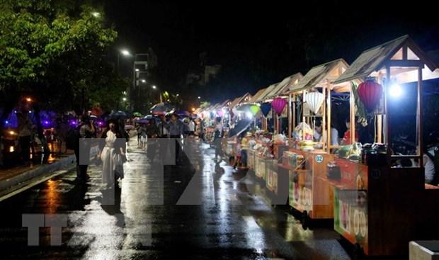 Visitantes disfrutaran de wifi gratuito en calle peatonal Trinh Cong Son en Hanoi hinh anh 1