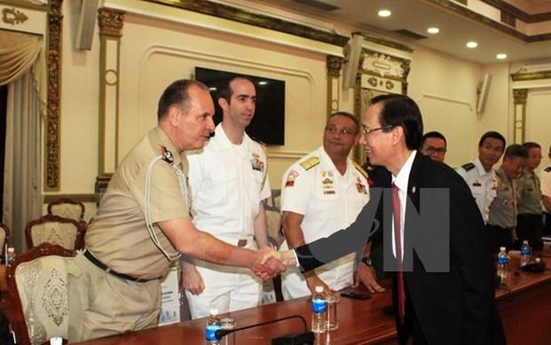 Dirigente de Ciudad Ho Chi Minh recibe a agregados militares extranjeros en Vietnam hinh anh 1