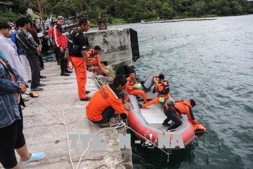 Indonesia suspende temporalmente actividades de barcos en lago Toba tras naufragio hinh anh 1
