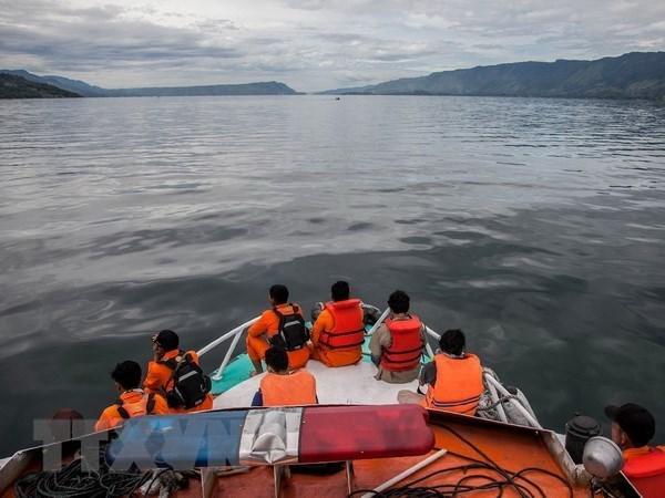 Indonesia aplica tecnologia avanzada para buscar victimas de naufragio en lago Toba hinh anh 1