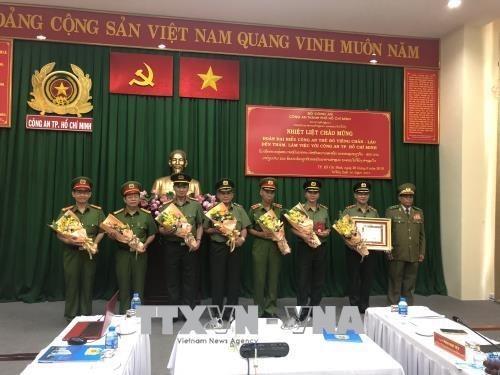 Policia de Ciudad Ho Chi Minh recibe la Orden de Desarrollo de Laos hinh anh 1