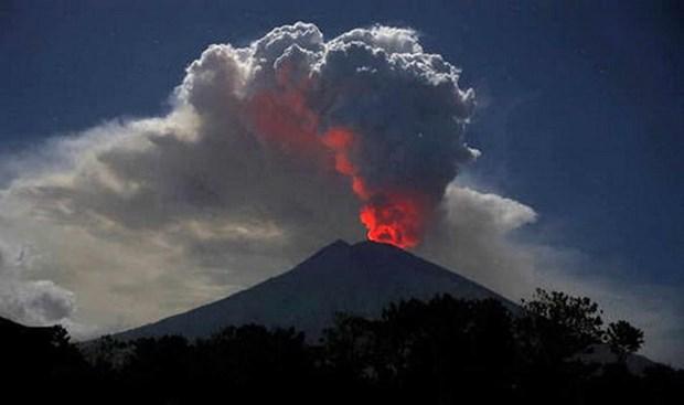 Cierran aeropuerto de Bali por erupcion volcanica hinh anh 1