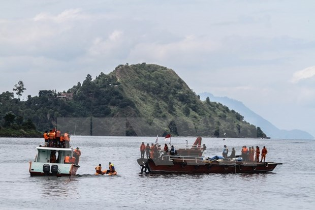 Descubren cadaveres y motocicletas en ferry hundido en Indonesia hinh anh 1