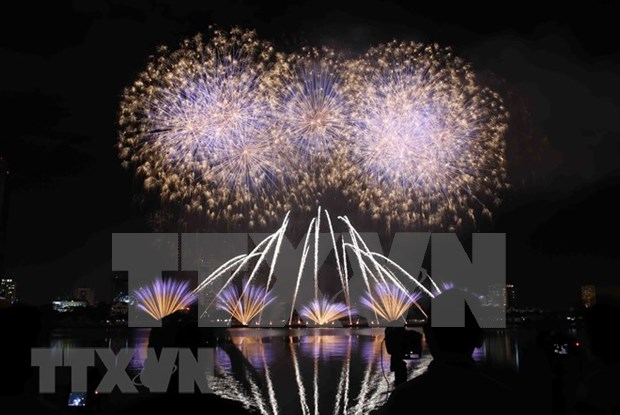 Italia se corona en concurso pirotecnico en Da Nang con puentes de luces y musica hinh anh 1