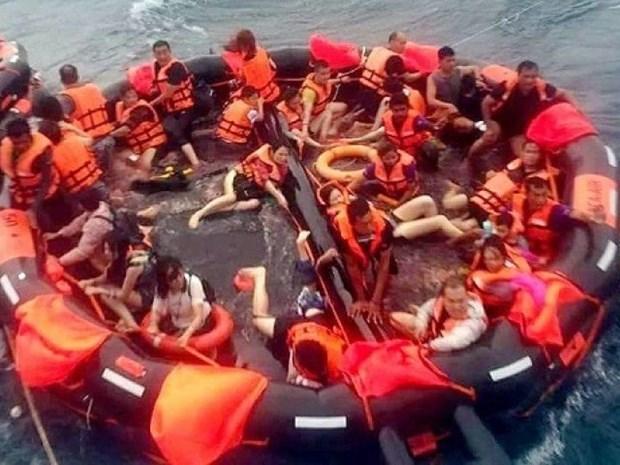 Un fallecido y mas de 50 turistas desaparecidos por naufragio de barco en Tailandia hinh anh 1