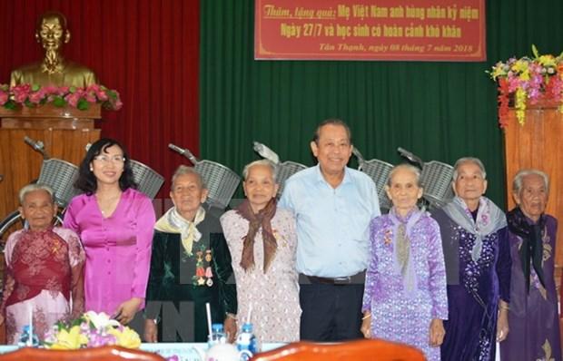 Vicepremier entrega regalos a Madres Heroinas Vietnamitas hinh anh 1