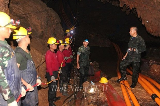 Cinco ninos tailandeses aun atrapados en cueva estan bien de salud hinh anh 1