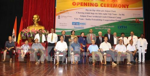 Discapacitados vietnamitas reciben asistencia de la India hinh anh 1