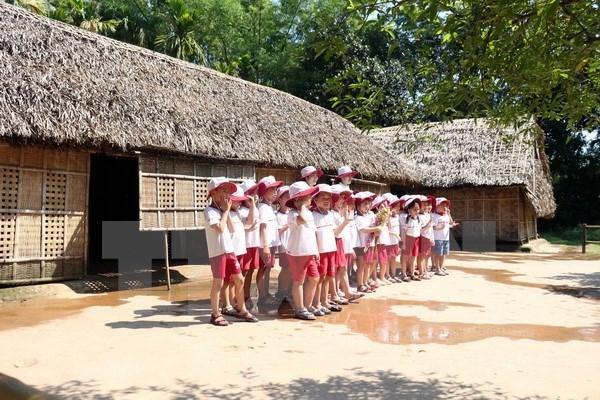 Jovenes vietnamitas residentes en el extranjero visitan casa natal del Presidente Ho Chi Minh hinh anh 1