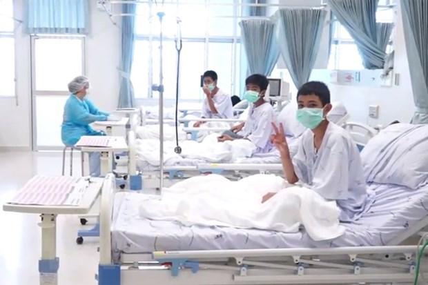 Ninos y entrenador de futbol rescatados de cueva tailandesa saldran de hospital la proxima semana hinh anh 1
