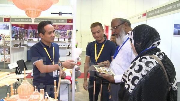 Destacados productos artesanales vietnamitas en feria internacional en Singapur hinh anh 1