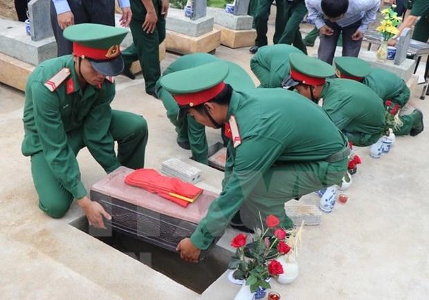 Efectuan ceremonia de enterramiento de restos de militares voluntarios vietnamitas caidos en Camboya hinh anh 1
