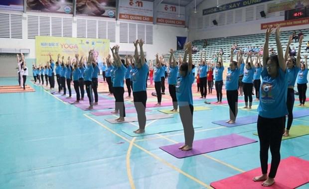 Dia Internacional de Yoga en ciudad vietnamita de Can Tho atrae a 700 personas hinh anh 1