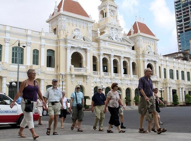 Turistas extranjeros exploran Ciudad Ho Chi Minh, urbe que nunca duerme hinh anh 1