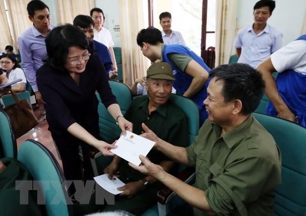 Funcionarios vietnamitas entregan regalos a invalidos y martires de guerra hinh anh 1