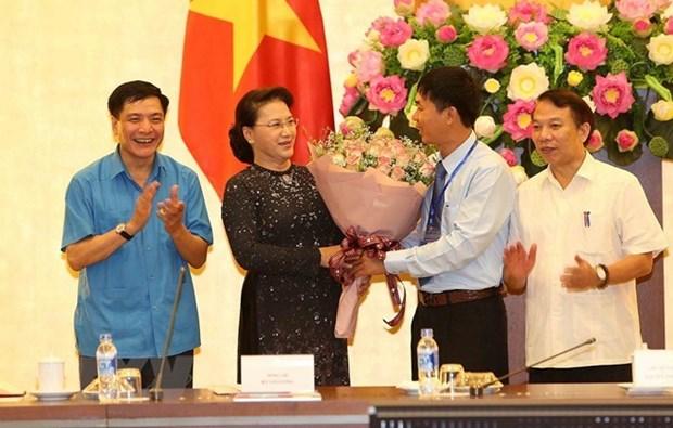 Presidenta parlamentaria de Vietnam se reune con destacados trabajadores hinh anh 1