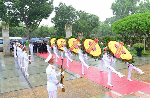 Dirigentes de Vietnam rinden homenaje a heroes martires de la Patria hinh anh 1
