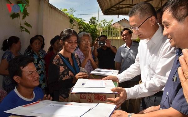 Entregan obsequios a camboyanos-vietnamitas afectados por severas inundaciones hinh anh 1