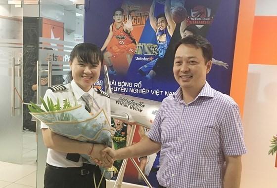 Aerolinea vietnamita reconoce a su primera mujer piloto al mando hinh anh 1