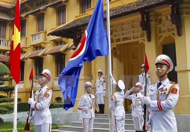 Celebran en Hanoi acto de izamiento de bandera de la ASEAN hinh anh 1
