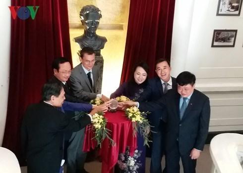 Inauguran en hospital vietnamita busto en homenaje a la cientifica Marie Curie hinh anh 1