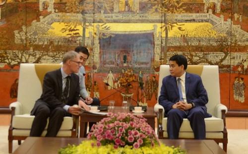 Presidente del Comite Popular de Hanoi dialoga con funcionario de la embajada de Alemania hinh anh 1