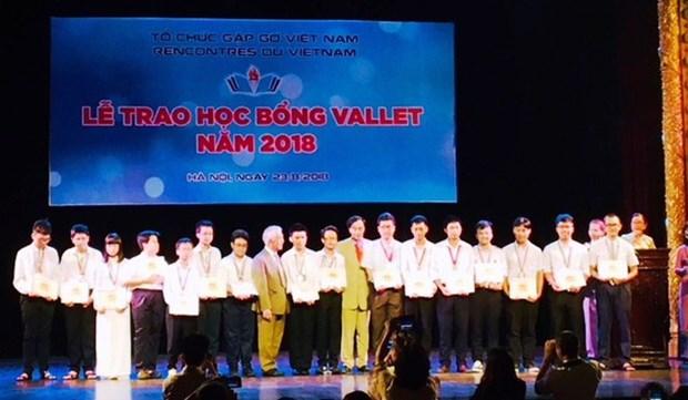 Entregan becas a estudiantes excelentes de Vietnam hinh anh 1