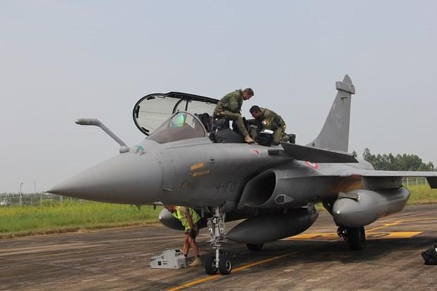 Escuadron de la Fuerza Aerea Francesa visita Vietnam hinh anh 1