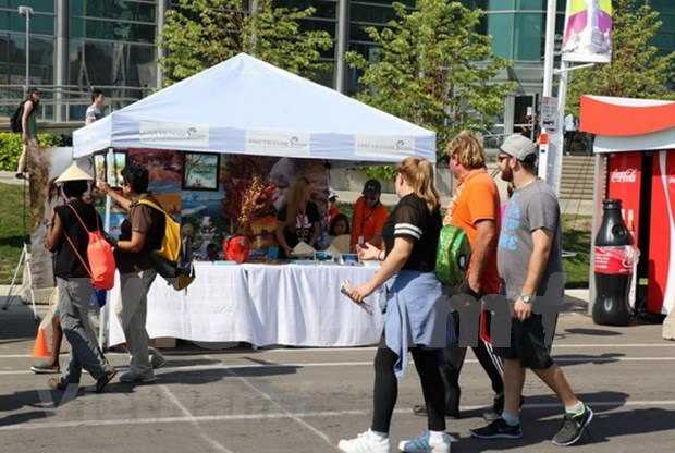 Pabellon de Vietnam atrae visitantes a mayor feria de Canada hinh anh 1