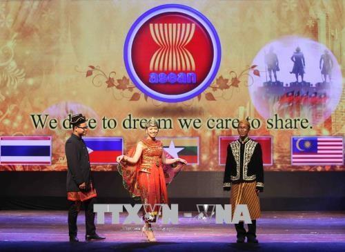 Celebran en Hanoi desfile de trajes e intercambio artistico por aniversario 51 de fundacion de ASEAN hinh anh 1