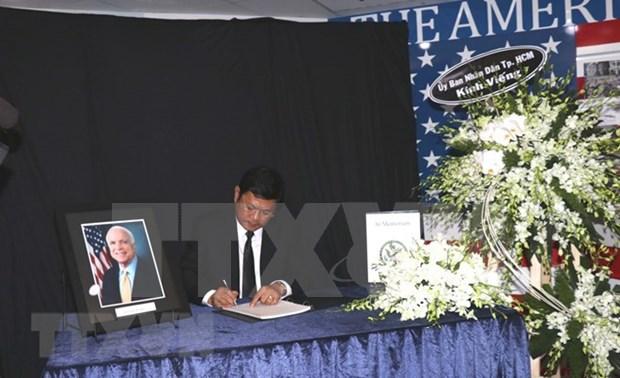 Autoridades de Ciudad Ho Chi Minh rinden homenaje postumo a John McCain hinh anh 1