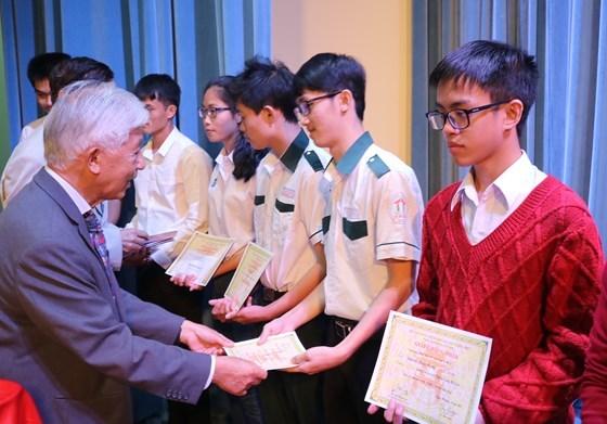 Entregan becas Vallet a estudiantes del Centro de Vietnam hinh anh 1