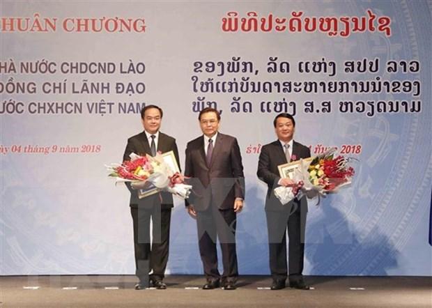 Laos condecora a funcionarios vietnamitas con Orden de la Libertad hinh anh 1