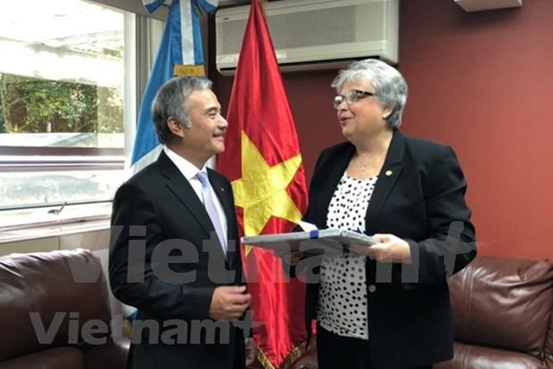 Presidente guatemalteco aprecia desarrollo sostenible de Vietnam hinh anh 2